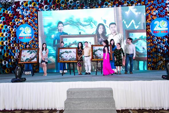 hinh-8 Quà tặng tri ân khách hàng nhân dịp 20 năm thành lập Công Ty Nhựa Đạt Hòa