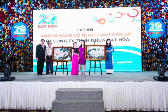 hinh-9 Quà tặng tri ân khách hàng nhân dịp 20 năm thành lập Công Ty Nhựa Đạt Hòa
