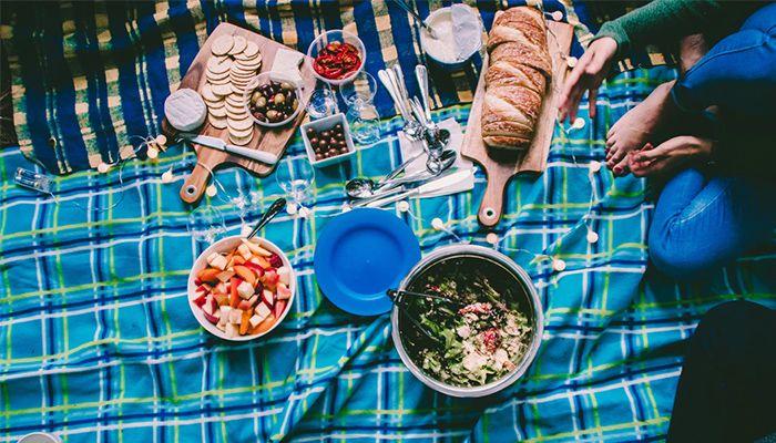 qua-tang-20-10-mot-chuyen-di-picnic Gợi Ý 22+ Ý Tưởng Quà Tặng 20/10 Độc Đáo Cho Bạn Gái
